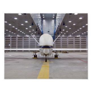 En bekläda beskådar av ett obemannat flygplan för konstfoto