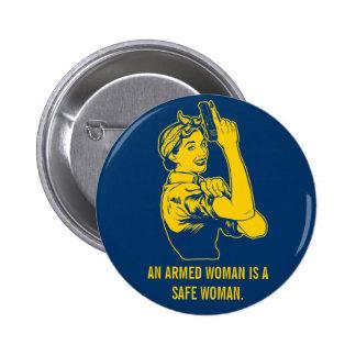 En beväpnad kvinna knäppas standard knapp rund 5.7 cm