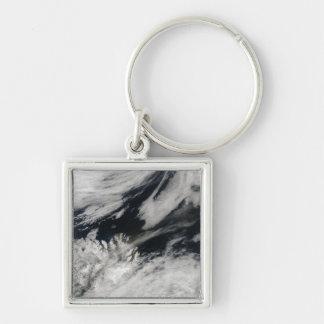 En blek grå aska putsar slag från toppmötet fyrkantig silverfärgad nyckelring