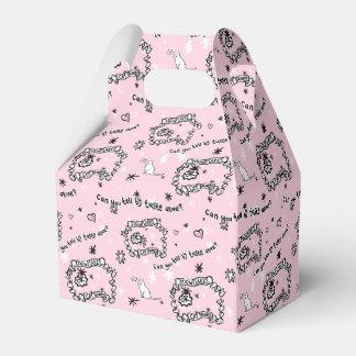 En boxas som täckas i kattbums. presentaskar