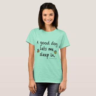 En bra hund låter mig sova in t-shirt