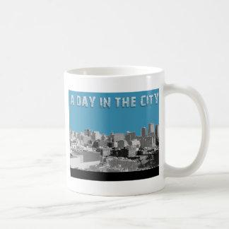 En dag i staden vit mugg