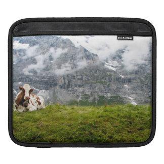 En ensam ko i den schweiziska alpernan sleeve för iPads
