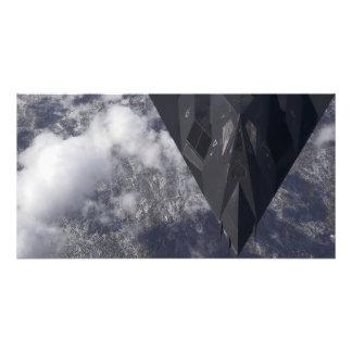 En F--117ANighthawk flyger kick över mountaien Fotokonst