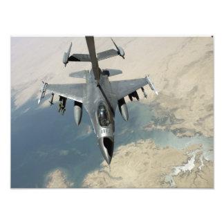 En falk för stridighet F-16 tankar Fototryck