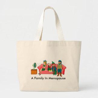 En familj i klimakterium hänger lös tygkassar