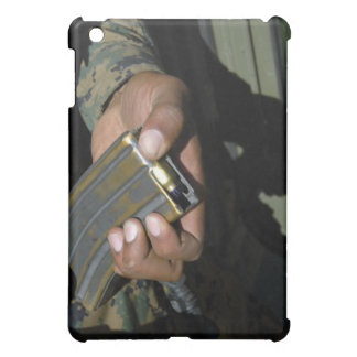 En flotta laddar tomma ammunitionrundor iPad mini skal