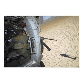 En flyg- artillerist avläser terrain fotografi