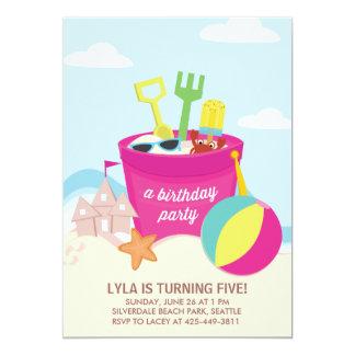 En födelsedagsfest inbjudan för strandpartybarn