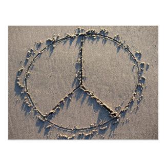 En fredstecken som dras i sand.en vykort
