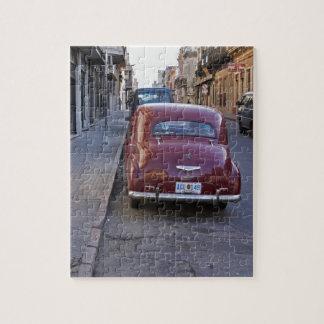 En gammal röd Peugeot för klassiker som bil parker Pussel