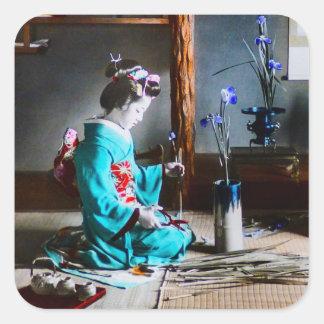 En Geisha som ordnar irisen, blommar vintage Fyrkantigt Klistermärke