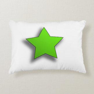 En grön stjärna på en dämpa prydnadskudde