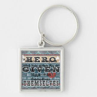 En hjälte - citationstecken av Joseph Campbell Fyrkantig Silverfärgad Nyckelring