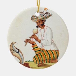 En indisk ormcharmör med en kobra, från en Frenc Julgransprydnad Keramik
