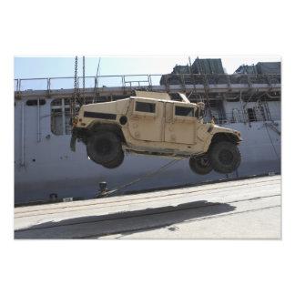 En kran lyfter en M998 Humvee Fotografiskt Tryck