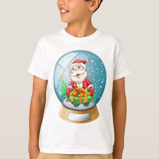 En kristallkula med inre jultomten tee shirts