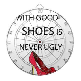 en kvinna med bra skor darttavla