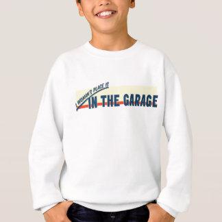 En kvinna ställe är i garage tshirts