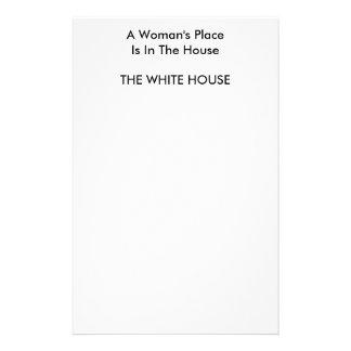 En kvinna ställe är i huset VITA HUSET Brevpapper