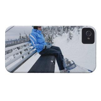 En kvinnlig snowboarder rider stolhissen i nytt iPhone 4 hud