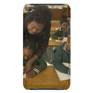 En lärare hjälper ung skolungdom i henne iPod Case-Mate skydd