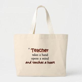 En lärare tar en räcka öppnar en vara besvärad tygkasse