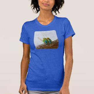 En Lovebird kopplar ihop på en gren Tshirts
