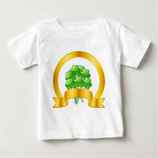 En lycklig guld- hästsko med gröna shamrocks tshirts