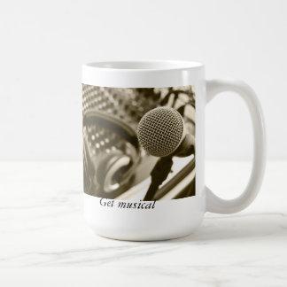 En mikrofon och hörlurar kaffemugg