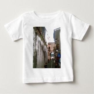 En nedanför Taxco för smal gata domkyrka T-shirt