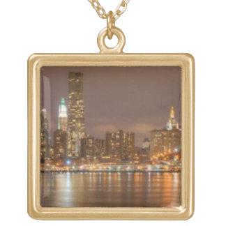En panorama av den New York City horisonten Guldpläterat Halsband