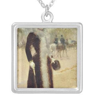 En Parisian kvinna i Boisen de Boulogne, c.1899 Silverpläterat Halsband