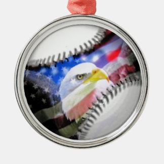 En patriotisk boll rund silverfärgad julgransprydnad