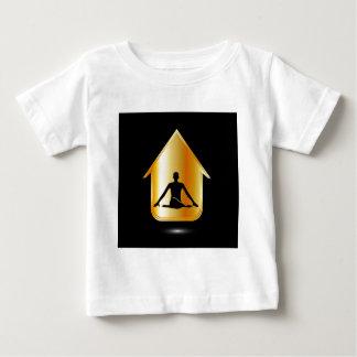 En person som mediterar eller utför yoga t-shirts