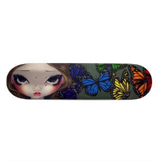 En regnbåge av fjärilsfeskateboarden skateboard deck