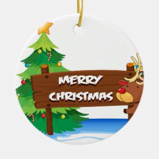 En ren som kramar träsignboarden för christ rund julgransprydnad i keramik