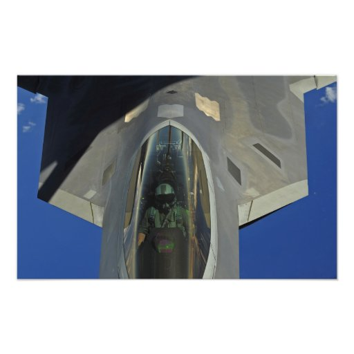 En rovfågel F-22 mottar tankar från en KC-135 Konstfoto