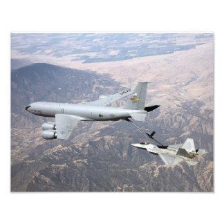 En rovfågel F-22 mottar tankar från en KC-135 Fototryck