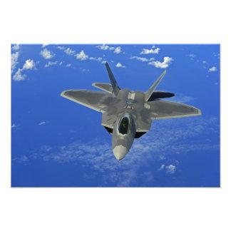 En rovfågel för US-flygvapen F-22 i flyg nära Guam Fototryck