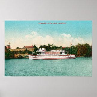 En Sacramento River plats med en Riverboat Poster