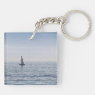 En segelbåt på ett lugnat hav
