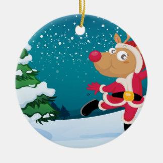 En skämtsam ren som ha på sig Santas dräkt Rund Julgransprydnad I Keramik