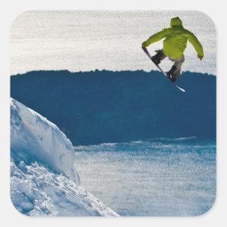 En snowboarderbanhoppning fyrkantigt klistermärke