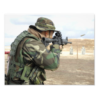 En soldat avfyrar rundor besegrar spänner fototryck
