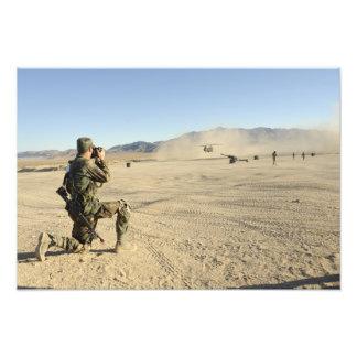 En soldat dokumenterar en Chinook CH-47 Fototryck