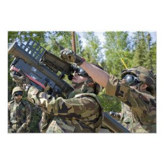 En soldat fungerar en missillauncher fotografiska tryck