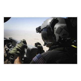 En soldat ger säkerhet fototryck