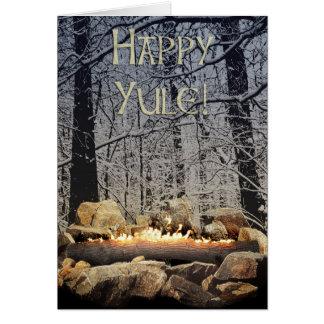 En stillsam brinna Yule inloggning en snöig skog Hälsningskort