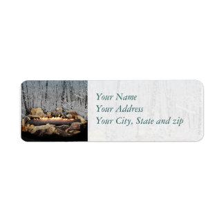 En stillsam brinna Yule inloggning en snöig skog Returadress Etikett